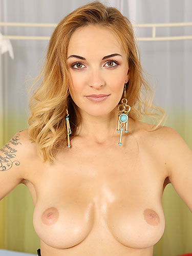 Puffy Network Model Belle Claire