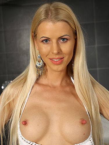 Puffy Network Model Lynna Nilson