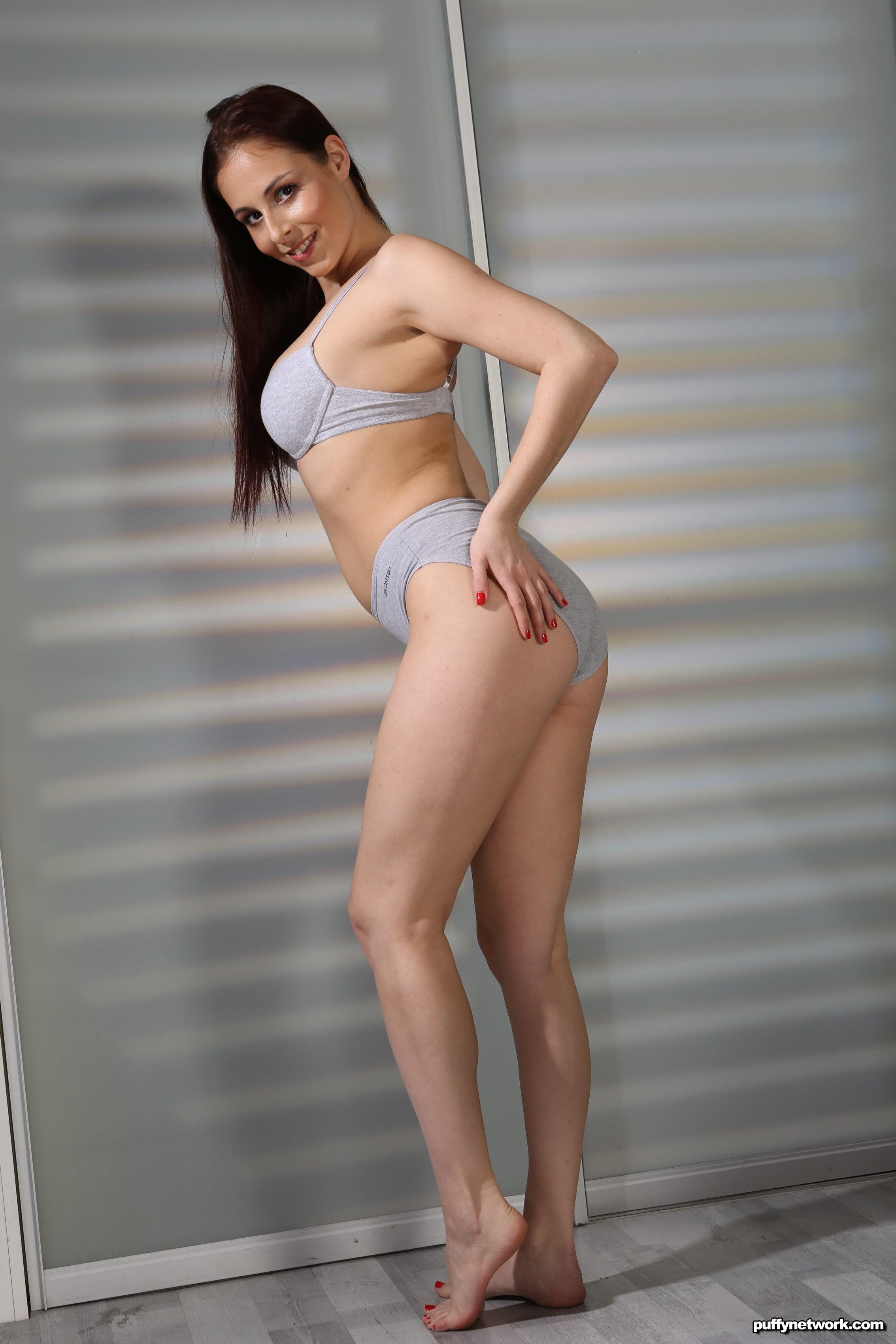 Antonia Sainz gibt erotische Massagen mit epischem Handjob-Service